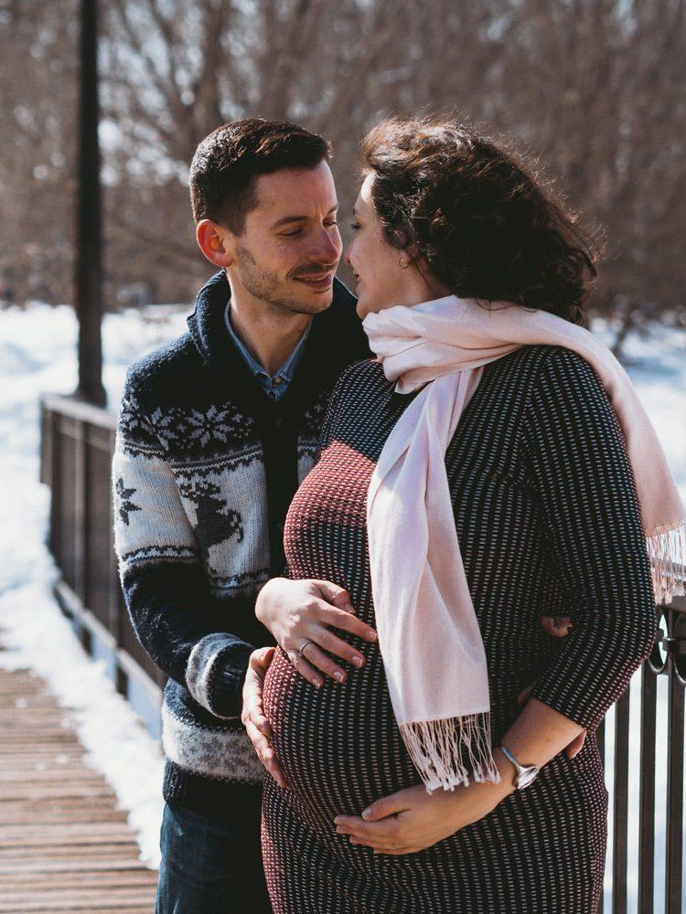 séance photo à Montréal, grossesse et famille, extérieur couple, parc Lafontaine