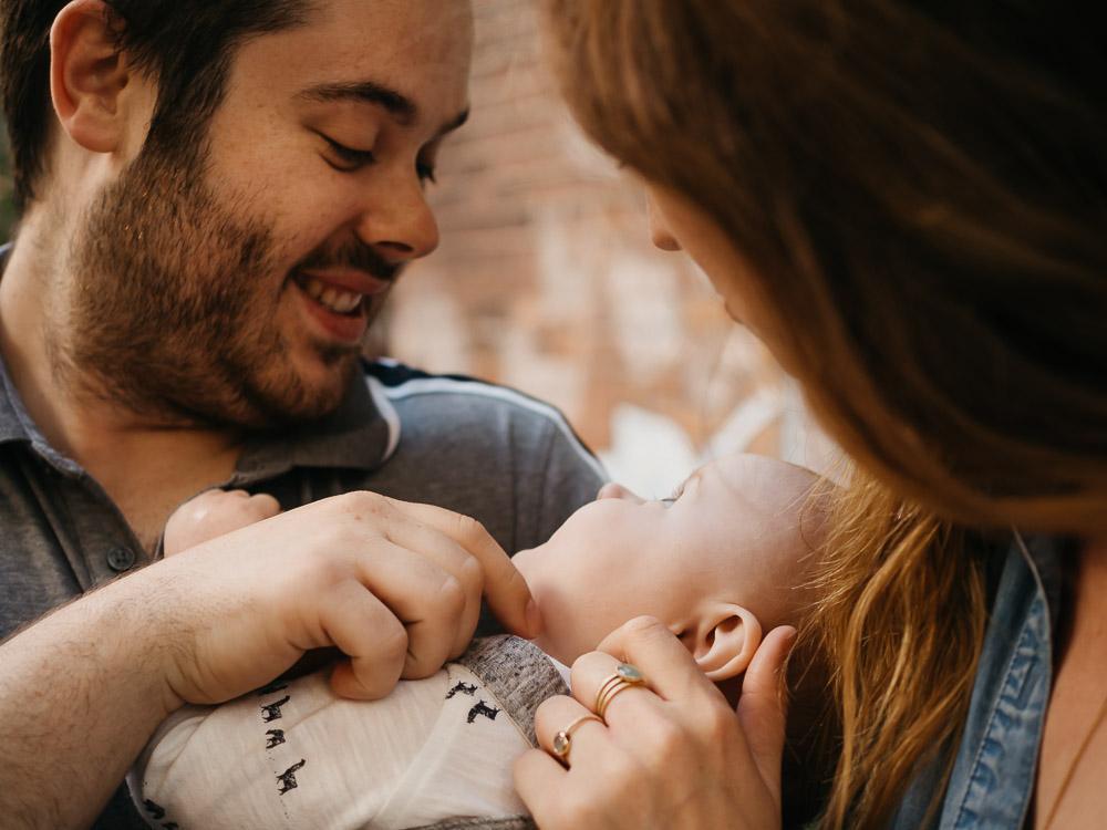 séance photo famille extérieur à Montréal, ruelle verte, plateau Mont-Royal, Sherbrooke, bébé, jeunes parents